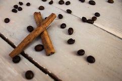桂香在木头的cofee豆 免版税库存图片