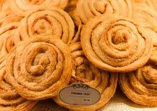 桂香油炸马铃薯片在面包店事例的待售 免版税库存照片