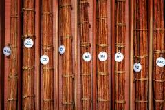 桂香种类品种线键入许多捆,包为运输收集的桂香被栓的长的棍子 库存照片
