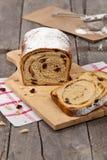 桂香葡萄干面包 免版税库存照片