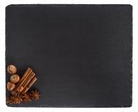 桂香,八角,在黑板岩的榛子上 查出 免版税库存照片
