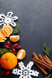 桂香,臀部,钩针编织雪花,在黑暗的葡萄酒背景的冷杉 圣诞节节假日 库存图片