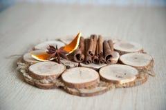 桂香,茴香,在木板材的橙色吠声 库存图片