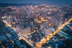桃园市地平线鸟瞰图在晚上-亚洲现代企业城市 免版税库存照片