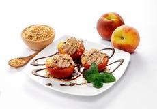 桃子、奶油和切好的榛子点心  库存图片