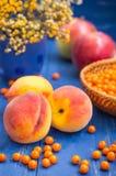 桃子、苹果和海鼠李在木背景 特写镜头 库存照片