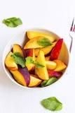 桃子与薄荷叶,刷新的summerish果子的沙拉切片 库存图片