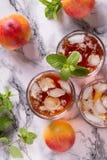 桃子冰了茶和薄菏 免版税图库摄影