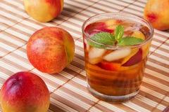 桃子冰了茶和薄菏 库存图片