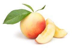 桃子切片小组叶子 库存图片