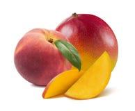 桃子叶子芒果切片在白色背景混合隔绝 免版税图库摄影