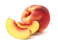 桃子和两个四分之一切片在白色背景 库存照片
