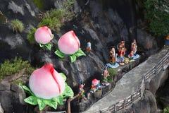 桃子和中国上帝雕象 免版税库存照片