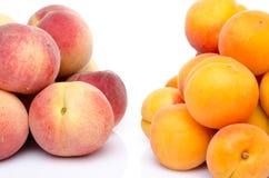 桃子和杏子堆  免版税库存图片