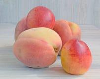 桃子和油桃木表面上 免版税库存图片