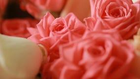 桃子和淡粉红的玫瑰令人愉快的花束在绿色滤网包装 股票录像