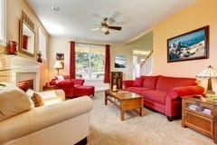 桃子和红色美丽的客厅 免版税库存图片
