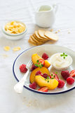 桃子和莓 免版税图库摄影
