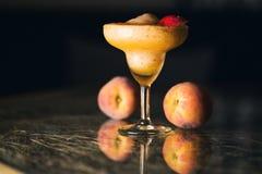 桃子圆滑的人鸡尾酒 免版税库存图片