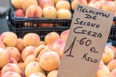 桃子在街市托雷维耶哈,西班牙上 免版税库存照片