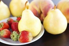 桃子梨牌照草莓 库存图片