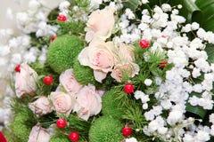 从桃子玫瑰的婚礼花束 库存图片