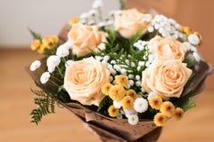 桃子的玫瑰花束美丽 免版税图库摄影