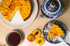 桃子蛋糕茶具 免版税库存照片