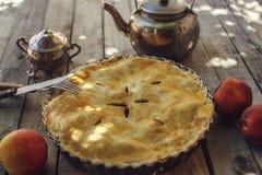 桃子饼或馅饼与水壶 图库摄影