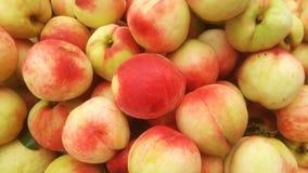 桃子` s特写镜头射击;水多的桃子是新鲜的和便宜地 免版税库存图片