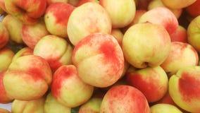 桃子` s特写镜头射击;水多的桃子是新鲜的和便宜地 库存照片