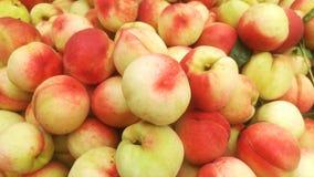 桃子` s特写镜头射击;水多的桃子是新鲜的和便宜地 库存图片