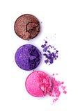 桃红色、褐色和紫罗兰击碎了发光的眼影膏 库存照片
