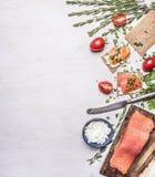 桃红色三文鱼内圆角用蕃茄,迷迭香,凝乳酪,葡萄酒利器,三明治边界的,文本的地方面包木r的 免版税库存照片