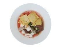 桃红色与鱼丸,饺子鱼,鸡蛋的海鲜平的面条和 库存照片