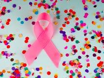 桃红色丝带乳腺癌,乳腺癌了悟、胃肠癌症了悟和10月桃红色天背景 免版税库存照片