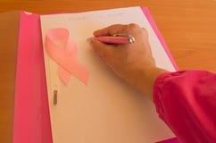 桃红色丝带居住与肿瘤乳腺癌的人的了悟和了悟 库存图片