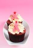 桃红色丝带杯形蛋糕 免版税库存照片