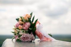 从桃红色中介子和玫瑰的新娘花束 库存图片