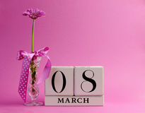 桃红色主题日历为国际妇女的日,与复制空间的3月8日-。 库存图片
