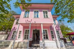 桃红色亭子是在Emirgan公园内的一个豪宅 库存图片
