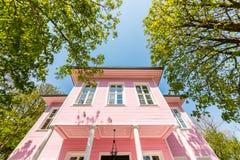桃红色亭子是在Emirgan公园内的一个豪宅 免版税库存图片