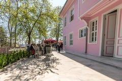 桃红色亭子是在Emirgan公园内的一个豪宅 免版税库存照片