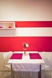 桃红色人造花当室装饰 免版税图库摄影