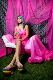 桃红色俏丽的彩虹穿上鞋子妇女 免版税库存照片