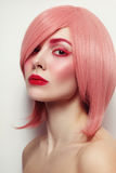 桃红色假发的年轻美丽的妇女 免版税图库摄影