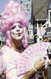 桃红色假发的扮装皇后走在第37个每年Provincetown狂欢节队伍的在Provincetown,马萨诸塞 免版税库存图片