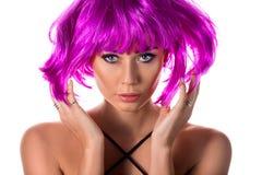 桃红色假发的美丽的妇女 免版税库存图片