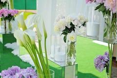 桃红色八仙花属花束在花瓶开花 与霍滕西亚的花卉静物画 免版税库存照片