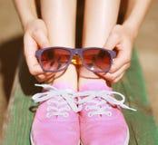 桃红色凉快的女孩、侦探和太阳镜,时尚,夏天 免版税库存图片